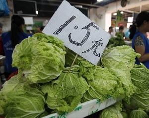 Цена на овощи на одном из рынков Пекина