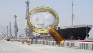 Сухогруз на погрузке в порте
